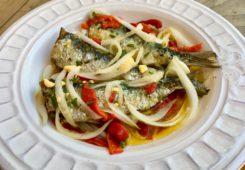 Sardinas asadas con cebolla