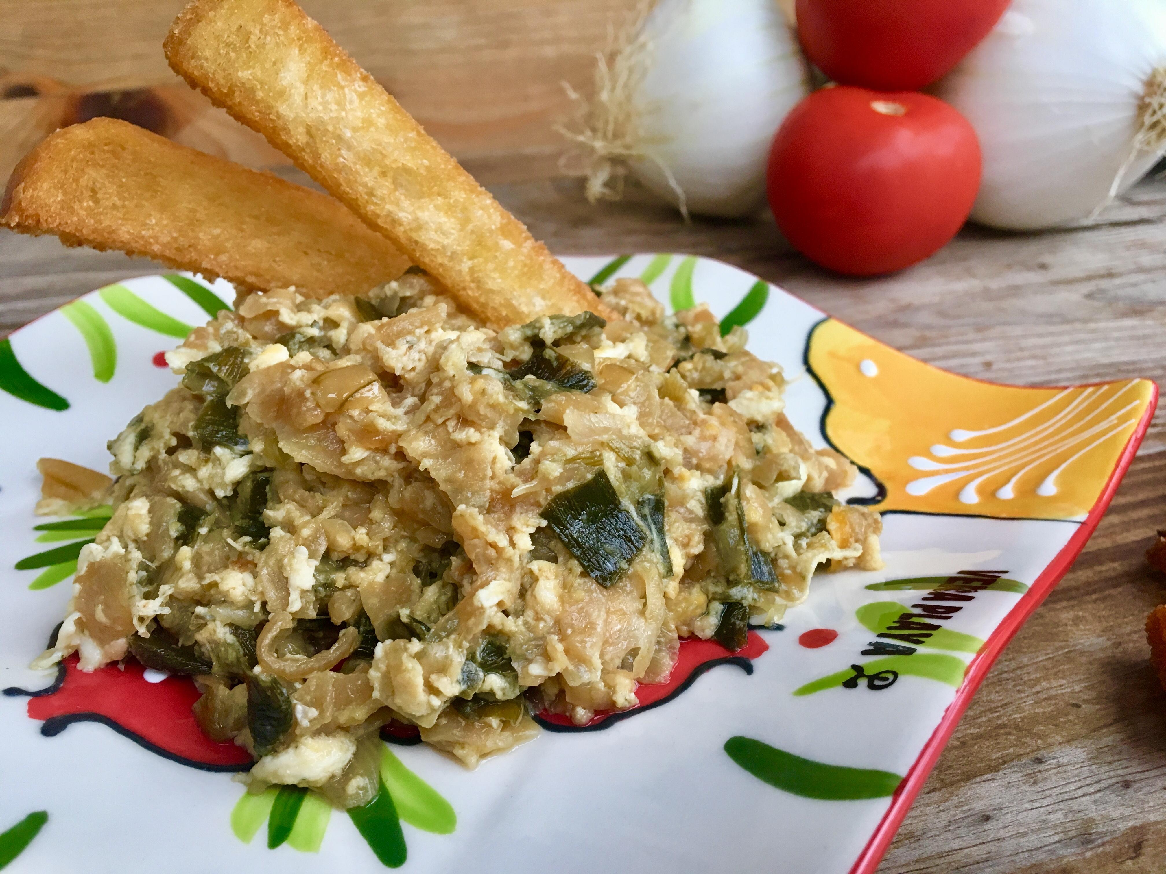 Cebolletas fritas con huevo